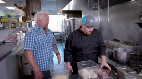 Diners Drive Ins And Dives S31E03 Creative Creations WEBRip x264-CAFFEiNE EZTV